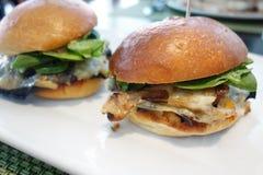 Vegetariska hamburgare för Portobello champinjon royaltyfri bild