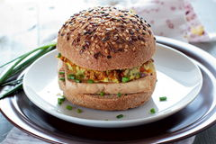 Vegetariska hamburgare med den wholegrain bullar, tofuen och grönsaker Royaltyfri Foto