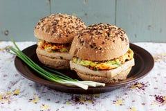 Vegetariska hamburgare med den wholegrain bullar, tofuen och grönsaker Royaltyfria Bilder