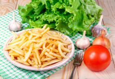 Vegetariska lunchpotatisar, tomater och grönsallat på trätabellen Royaltyfria Foton