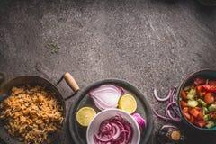 Vegetariska ris i kruka med sallad på grå färger stenar bakgrund, bästa sikt Sund och ren mat och äta arkivfoton