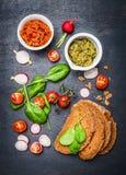 Vegetariska smörgåsingredienser på mörk bakgrund Royaltyfria Bilder