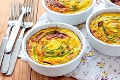 Vegetariska tartalets med zucchinin och morötter Arkivfoto