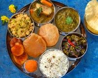 Vegetariska thaalimål för indisk mat royaltyfri foto