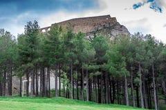 Vegetation, die ein typisches Bergdorf angrenzt stockfotos