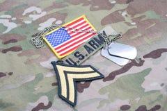 Vegetazione lussureggiante corporea dell'ESERCITO AMERICANO, toppa della bandiera, con la medaglietta per cani sull'uniforme del  Fotografia Stock Libera da Diritti