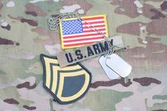 Vegetazione lussureggiante del sergente maggiore dell'ESERCITO AMERICANO, toppa della bandiera, con la medaglietta per cani sull' Immagine Stock