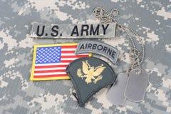 Vegetazione lussureggiante dello specialista dell'ESERCITO AMERICANO, linguetta dispersa nell'aria, toppa della bandiera, con la  Fotografia Stock Libera da Diritti