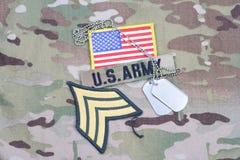 Vegetazione lussureggiante di sergente dell'ESERCITO AMERICANO, toppa della bandiera, con la medaglietta per cani sull'uniforme d Immagine Stock
