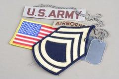 Vegetazione lussureggiante di sergente First Class dell'ESERCITO AMERICANO, linguetta dispersa nell'aria, toppa della bandiera e  Immagine Stock Libera da Diritti