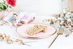 Veggie-gesunde Stangen mit tahini gedient auf rosafarbener Platte über weißem Hintergrund Abschluss herauf horizontales Nahrungsm stockbild