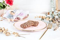 Veggie gezonde die Bars met Fig. op roze plaat boven witte achtergrond worden gediend Sluit omhoog horizontale voedselfoto Vrij g royalty-vrije stock afbeelding