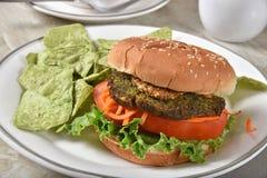 Veggie hamburger met de spaanders van de guacamoletortilla royalty-vrije stock afbeelding