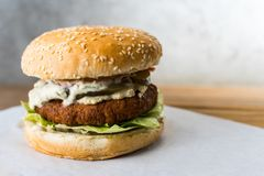 Veggie hamburger op houten lijst grijze achtergrond royalty-vrije stock foto