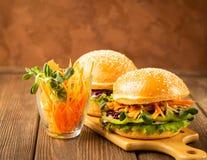 Veggie hamburger zrobił f świeżych warzyw zieleniom przeciw ciemnemu drewnianemu nieociosanemu tłu Pojęcia jarzynowy zdrowy jedze fotografia royalty free