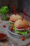 Veggie hamburgery z kotlecikiem oberżyna, sałata, kiszone cebule, pomidor na brown drewnianym tle Jarski lunchu lub gościa restau Obrazy Stock