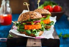 Veggie marchewki hamburger fotografia stock
