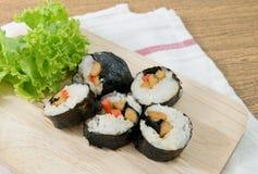 Veggie Sushibroodjes of Plantaardige Maki op Houten Dienblad Royalty-vrije Stock Afbeelding