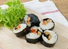 Veggie Sushibroodjes of Plantaardige Maki op Houten Dienblad Stock Afbeeldingen