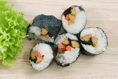 Veggie Sushibroodjes of Plantaardige Maki op Houten Raad Stock Afbeelding