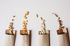 Veggie zaden in ambachtdocument envelop royalty-vrije stock afbeelding