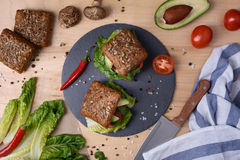 Veggiehamburgare med shiitaken, falafelen och avokadot Arkivfoton
