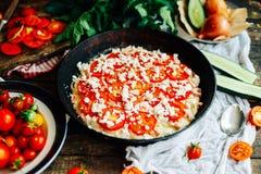 Veggiepizza Pizza med tomater, schalottenlöken och nya örter cher Royaltyfri Fotografi