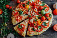 Veggiepizza Pizza med tomater, schalottenlöken och nya örter cher Arkivfoton