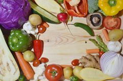 Veggies στον ξύλινο πίνακα στοκ εικόνες