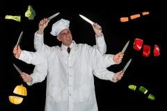 Μάγειρας, αρχιμάγειρας που προετοιμάζει τα τρόφιμα και Veggies Στοκ εικόνα με δικαίωμα ελεύθερης χρήσης