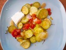 Veggies délicieux avec le thym et le feta d'un plat en céramique bleu Images libres de droits