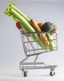 Veggies i en shoppingvagn Arkivbilder