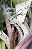 Veggies magníficos y frescos para la venta con los vendedores ambulantes alrededor foto de archivo