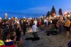 Veglia crepuscolare della spiaggia per le vittime del terrorismo Supporto Maunganui, Nuova Zelanda immagine stock libera da diritti