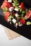 Vegrtables en salade de plat noir Photographie stock libre de droits