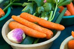 Vegtables con las zanahorias en el mercado Imagen de archivo