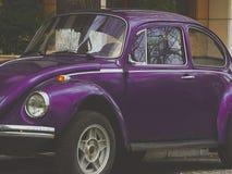 Vehículo alemán clásico violeta del vintage imagen de archivo