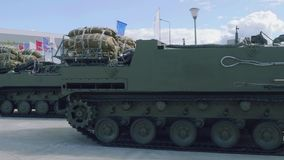 Vehículo blindado de transporte de personal multiusos modificado de las fuerzas de ataque aéreo Rakushka en aire abierto en la ex almacen de metraje de vídeo