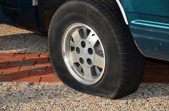 Vehículo con el neumático desinflado fotografía de archivo libre de regalías