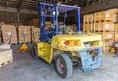 Vehículo de carretilla elevadora viejo usado en el almacén industrial para los materiales de elevación imagen de archivo libre de regalías