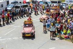 Vehículo de Cochonou en las montañas - Tour de France 2015 Foto de archivo libre de regalías