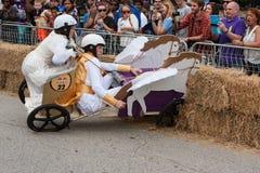 Vehículo de desplome de los competidores en Hay Bales At Soap Box Derby Fotografía de archivo libre de regalías