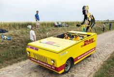Vehículo de DHL en un Tour de France 2015 del camino del guijarro Imagen de archivo libre de regalías