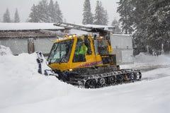 Vehículo de la retirada de la nieve que quita nieve foto de archivo
