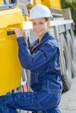 Vehículo de mercancías pesadas del taxi de la mujer que entra Foto de archivo libre de regalías