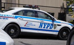 Vehículo de NYPD parqueado por una calle en Staten Island foto de archivo libre de regalías