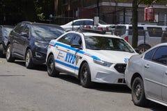 Vehículo de NYPD parqueado por una calle en Staten Island imagen de archivo