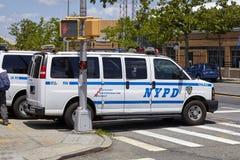 Vehículo de NYPD parqueado por una calle en Staten Island imagen de archivo libre de regalías