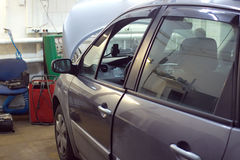 Vehículo de pasajeros que experimenta reparaciones en la gasolinera Fotos de archivo libres de regalías