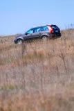 Vehículo de SUV en campo Imagen de archivo libre de regalías